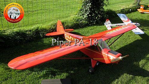 Piper PA 18  RC-Großmodell unter bedrohlichen Wolken, Quadro-Howi